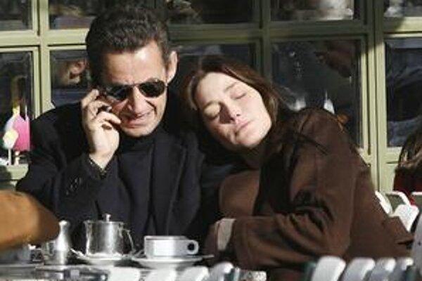 Sarkozy a Bruni úspešne odpútavajú pozornosť od skutočných problémov.