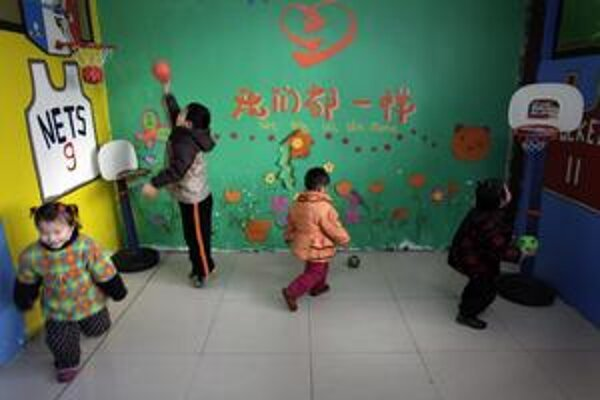 Čína má  problémy s AIDS aj u malých detí. Na obrázku opustené deti v sirotinci v provincii Anhui na východe krajiny.