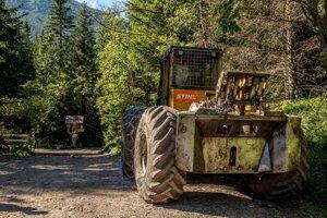 Lesný kolesový traktor v Tatrách.