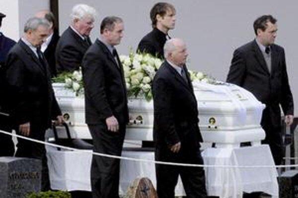 Rakvu s pozostatkami obete streľby vo Winnendene nesú na cintorín.