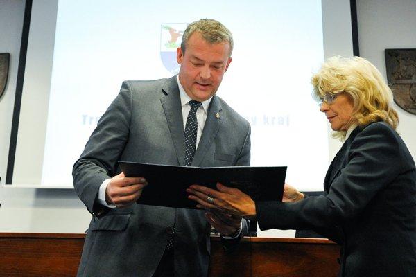 Predsedníčka Volebnej komisie TSK Marta Šajbidorová a staronový predseda TSK Jaroslav Baška počas ustanovujúceho zasadnutia novozvoleného Zastupiteľstva Trenčianskeho kraja. Trenčín, 13. november 2017