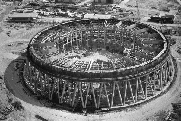 Z výstavby jadrovej elektrárne V-1 v Jaslovských Bohuniciach.  Na archívnej snímke z 12. júla 1976 pohľad na veniec plášťa chladiacej veže č.4.