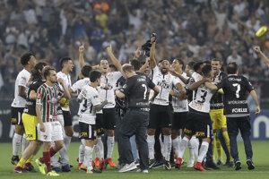 Hráči Corinthians sa radujú z titulu.