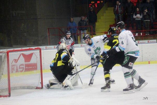 Brankára Detvy ohrozuje aj obranca HC Karel Plášil (5), Novozámčania však na body nedosiahli.