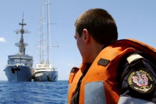 Somálski piráti uniesli na jar aj luxusnú francúzsku jachtu Le Ponant (vpravo).