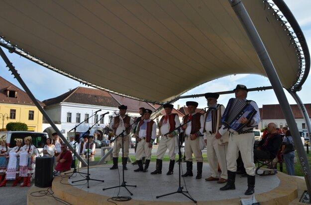 Speváci na námestí vRožňave.