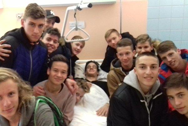 Miško Fabian po úspešnom operačnom zákroku vkruhu svojich spoluhráčov apriateľov.