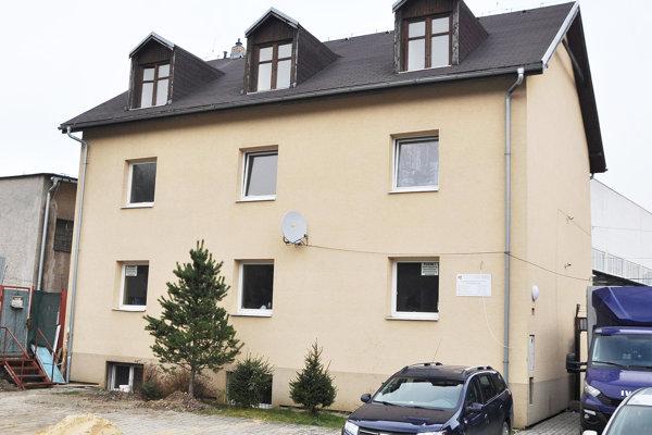 V budove nájde dočasný domov osem rodín.