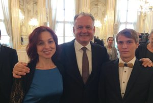 Hana Viteková a študent David Hausleitner s prezidentom Andrejom Kiskom.
