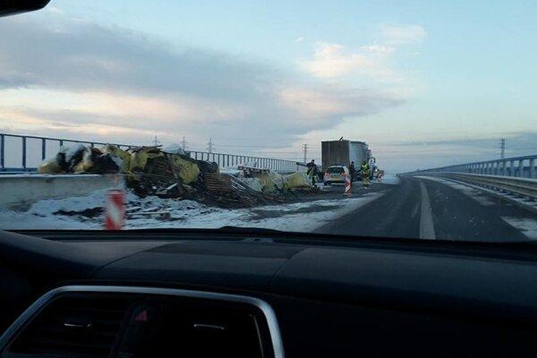 Kamión narazil do zvodidiel. Prevrátil sa na bok na rýchlostnej ceste do Maďarska.