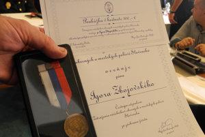 Na snímke pamätný list a medaila za záchranu ľudského života, ktorú udelili Igorovi Zbojovskému z Trebišova.