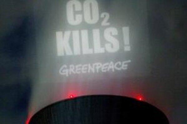 Nápis organizácie Greenpeace - CO2 zabíja - na chladiacej veži hnedouhoľnej elektrárne v nemeckom Neurathe.