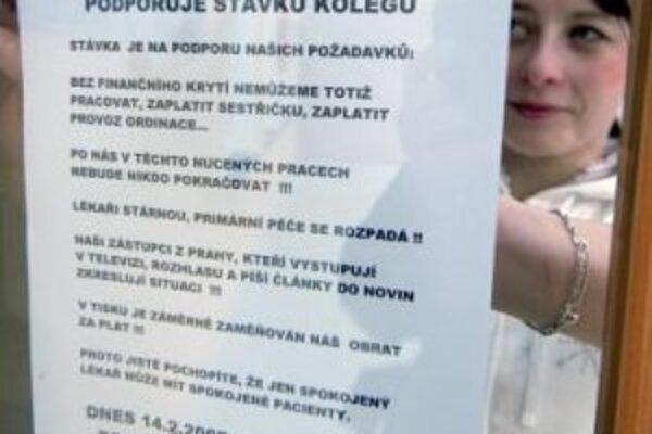 Zdravotná sestra vyvesila 14. februára oznam o podpore štrajku praktických lekárov pred ordináciu lekára Igora Mazocha v Olomouci.