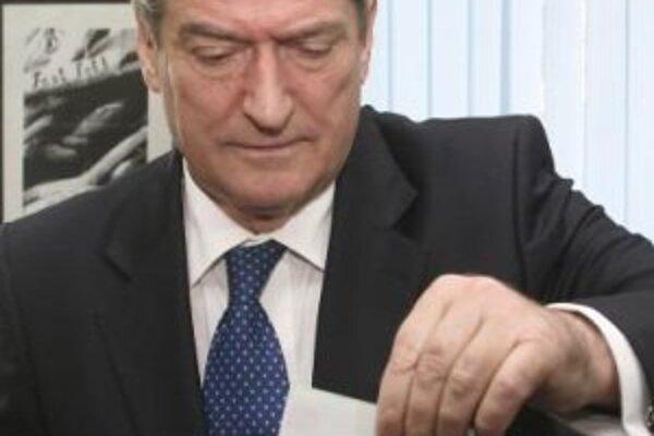 Albánsky premiér Sali Berisha vhadzuje svoj volebný lístok do urny v Tirane.