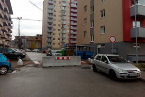 Na Nejedlého ulici v Dúbravke pribudla betónová zátarasa.