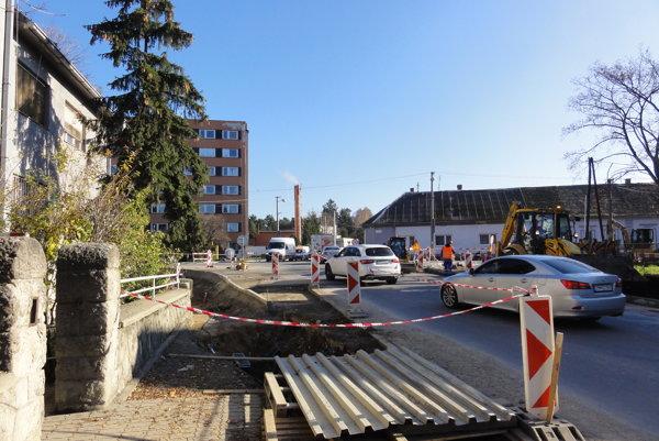 Pri výstavbe kruhovej križovatky dnes údajne došlo k havárii, pre ktorú je časť mesta bez vody.