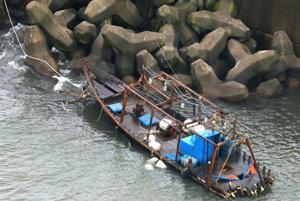 Drevený čln, na ktorom dorazili rybári z KĽDR až brehom Japonska pri meste Jurihonjo.