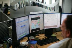 Meteorológ pri predpovedi počasia.
