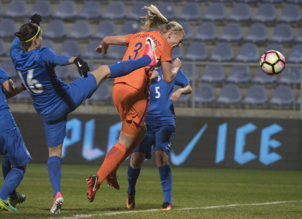 5fecd86ab3254 Pozrite si momentky zo zápasu Slovensko - Holandsko. 7/8. Zväčšiť Všetky  fotky. Stephanie van der Grqagtová hlavičkuje.
