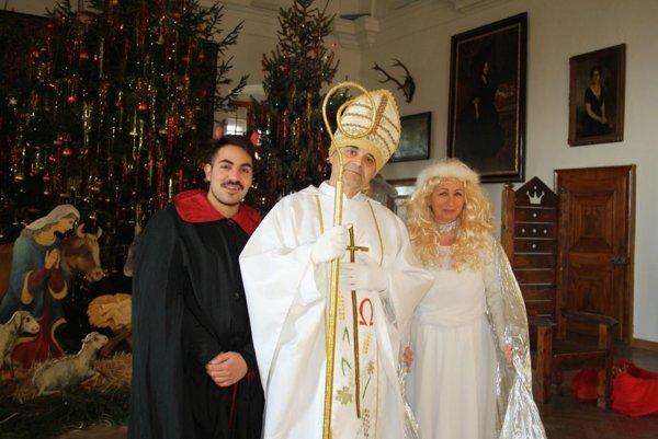 Čert, Mikuláš a anjel v Huňadyho sále Bojnického zámku.