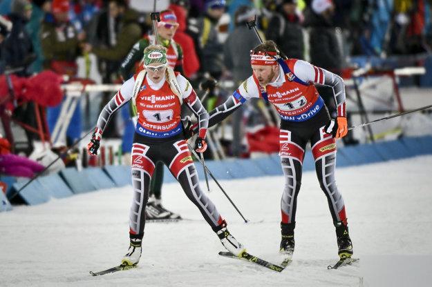 Simon Eder (vpravo) počas pretekov odovzdáva štafetu svojej kolegyni Lise Therese Hauserovej.