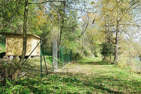 Po brehu Oravice občas chodia ľudia. Psy sú pri ňom – vdrevenej búde, vsamostatných priestoroch avoplotenej ohrade.