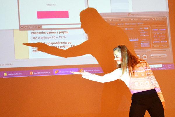 Adela Matejová pri prezentácii svojho zámeru.