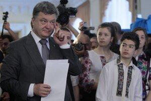 Prezidentské voľby na UkrajineHorúci kandidát na ukrajinského prezidenta Petro Porošenko prišiel voliť aj so svojimi deťmi.