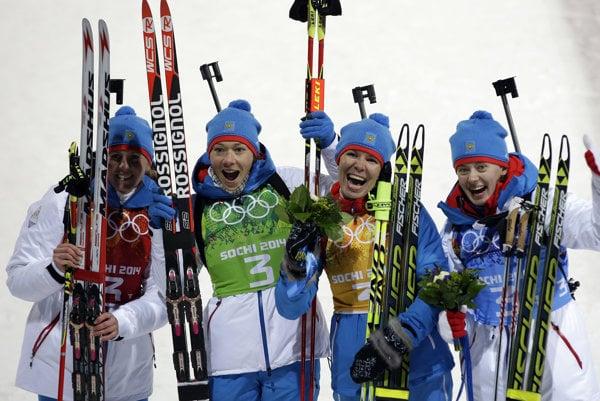 Ruský tím, zľava Jana Romanovová, Oľga Zajcevová, Jekaterina Šumilovová a Oľga Viluchinová pózuje po zisku striebra v biatlonovej štafete žien.