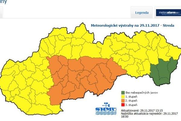 Oranžovou farbou sú vyznačené okresy, kde platí 2. stupeň. Patrí tam aj Levický okres.