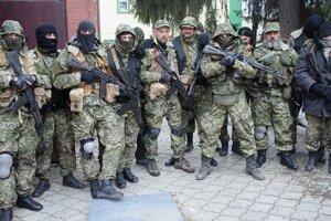 Skupina ozbrojených separatistov v Slovjansku.