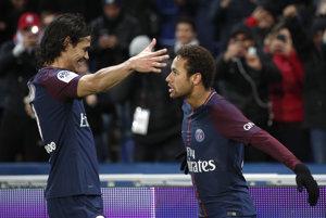 Neymar (vpravo) a Edinson Cavani sa radujú po jednom z gólov.