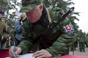 Príslušník proruských jednotiek skladá sľub v krymskom Simferopole.
