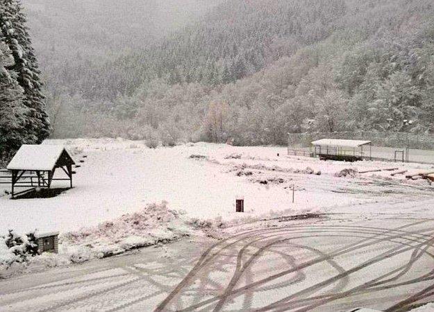 Momentálne sa nedeje nič mimoriadne. Bohatá snehová nádielka v októbri pred ôsmimi rokmi však ľudí v Horenej Marikovej potrápila. To bolo aj na miestne pomery naozaj mimoriadne. Pozri foto nižšie.