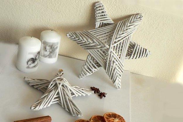 Vianočné hviezdy si môžete upliesť z papiera, ktorý by inak skončil v koši.