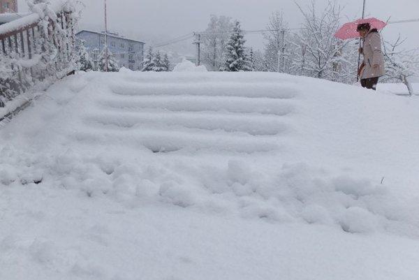 Sneh komplikuje život ľudí na strednom Slovensku.