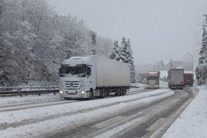 Kremnické Bane sú prejazdné. Kamióny v Kremnici.