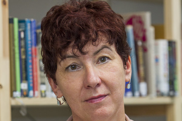 Marie Vrabcová je redaktorkou týždenníka Vasárnap, SME a Uj Szó. Kniha Zamyslenia je jej druhou knihou o Róbertovi Bezákovi.