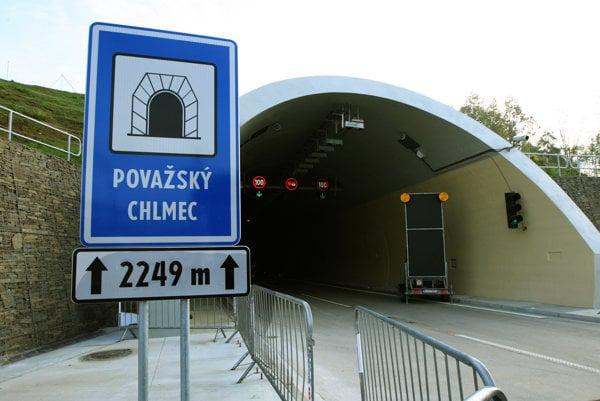 Estakáda vyúsťuje do tunela Považský Chlmec.