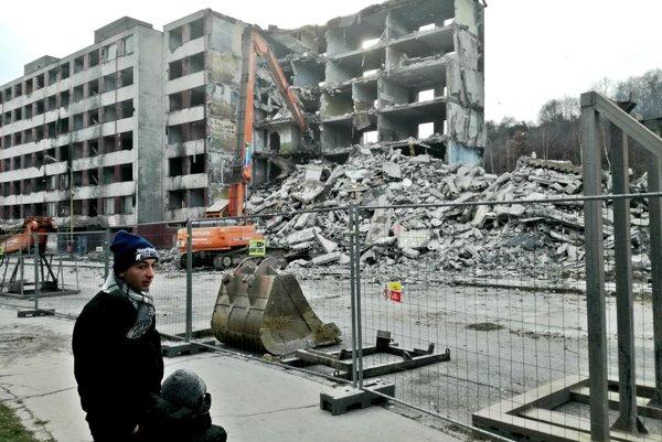 Búranie zdevastovanej bytovky na Hrebendovej ulici.