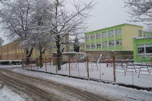 Mladistvá Košičanka vyliezla s kamarátom na strechu tejto školy.