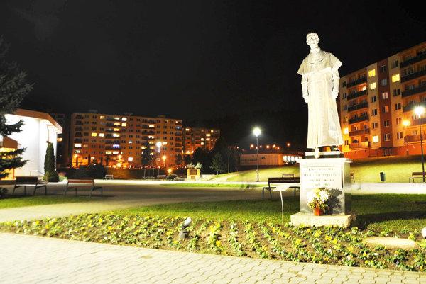 Nové osvetlenie námestia, kostola asochy biskupa Jána  Vojtaššáka.