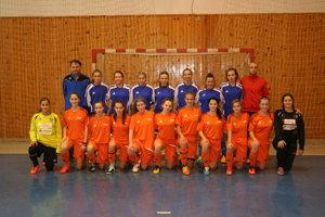 Hráčky FC Union sprezidentom klubu Petrom Bábinom atrénerom Michalom Halásom.