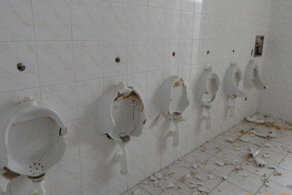 Vandali rozbili všetky pisoáre.