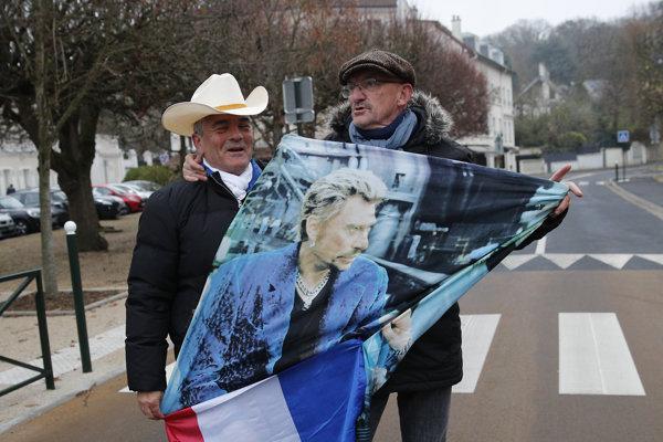 Pred domom Johnnyho Hallydaya v Paríži sa už od rána zhromažďujú fanúšikovia.