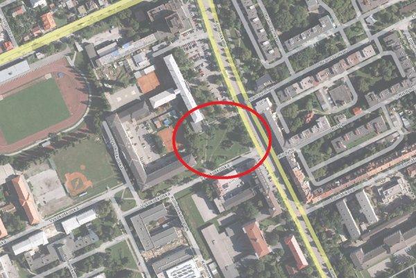 Parčík na Komenského. Mesto ho chce vymeniť za pozemky súkromnej firmy.