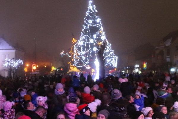 Už aj v Michalovciach sa rozžiaril vianočný stromček.