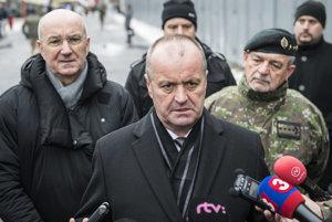minister obrany SR Peter Gajdoš (uprostred), generálny tajomník služobného úradu Ministerstva obrany SR Ján Hoľko (vľavo) a náčelník generálneho štábu OS SR Milan Maxim (vpravo).