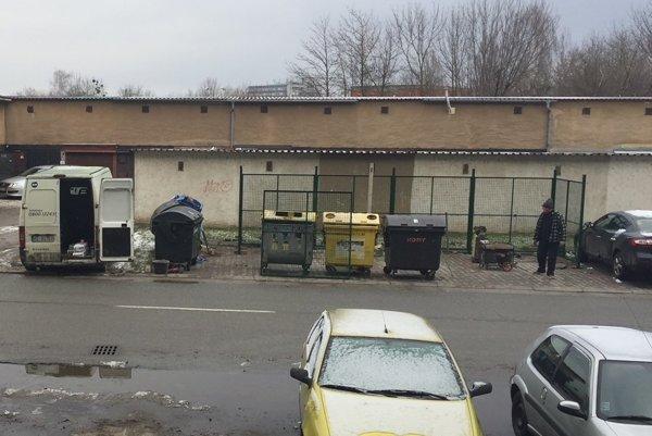 Kontajnerovisko. Zabralo štyri parkovacie miesta. Vľavo od neho tak pre nedostatok voľných miest budú domáci odstavovať autá aj v blate.