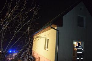 Vtomto dome horelo. Majiteľ bude musieť vymeniť celú strechu.